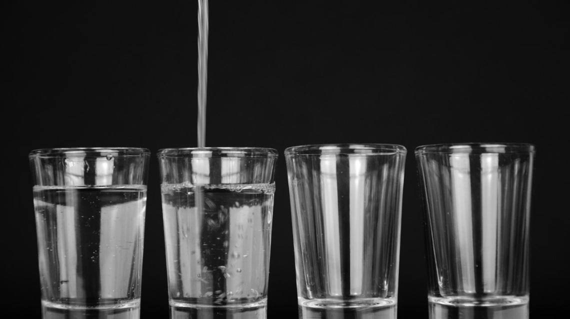 Signs Why You Are Drinking Water Wrong (And 5 Right Ways of Doing So!)